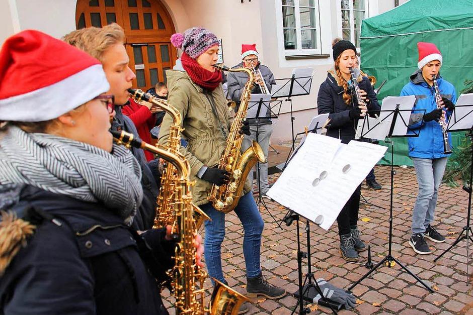 Weihnachtsmarkt in Kenzingen: Eine Abordnung der Jungmusiker der Stadtkapelle Kenzingen umrahmte unter Leitung von Vizedirigent Andreas Vetter die Eröffnung. (Foto: Martin Wendel)