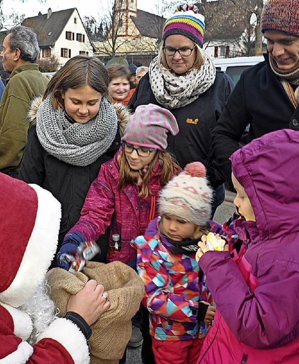 Harley-Weihnachtsmänner und schöne Ver...nen auf dem Bellinger Weihnachtsmarkt.  | Foto: Jutta Schütz