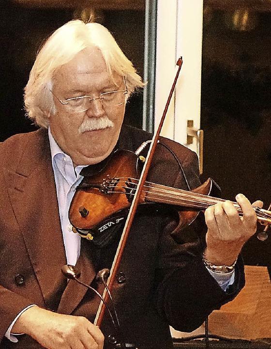 Der Schweizer Beat Witzig bezauberte mit der Violine.  | Foto: Hans-Jürgen Hege