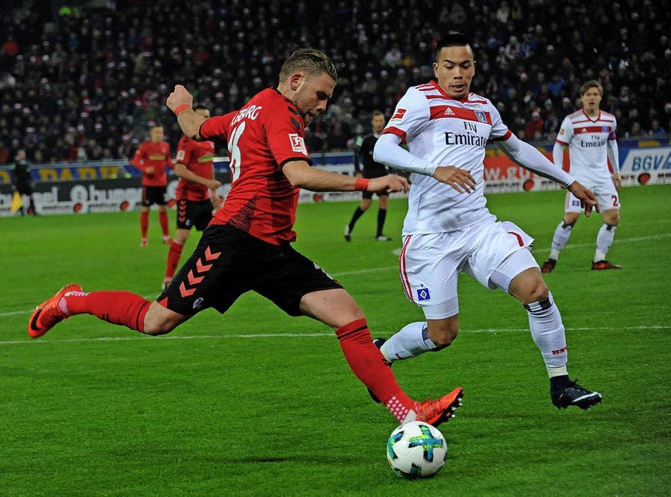 Belebt das Spiel des SC Freiburg: Yori...m Zweikampf mit dem HSV-ler Bobby Wood  | Foto: schön