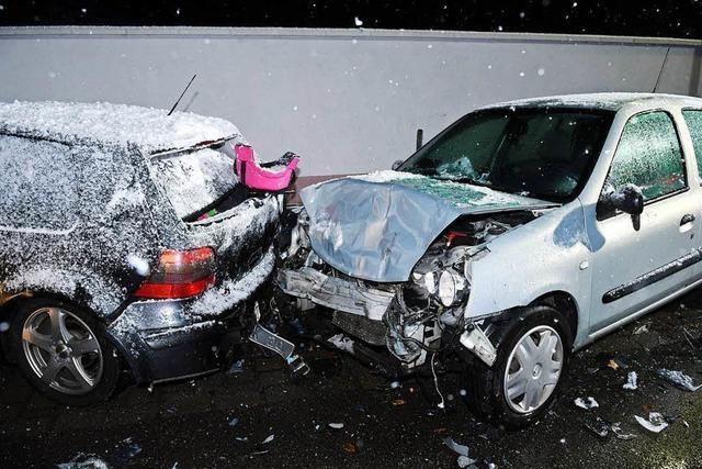 Autofahrer rammt in Friesenheim Baum, Schild und Autos