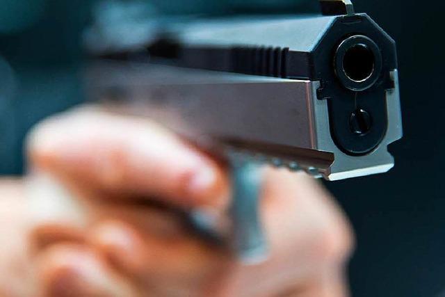 Unbekannter bedroht Straßenbahnfahrer an Endhaltestelle mit einer Pistole