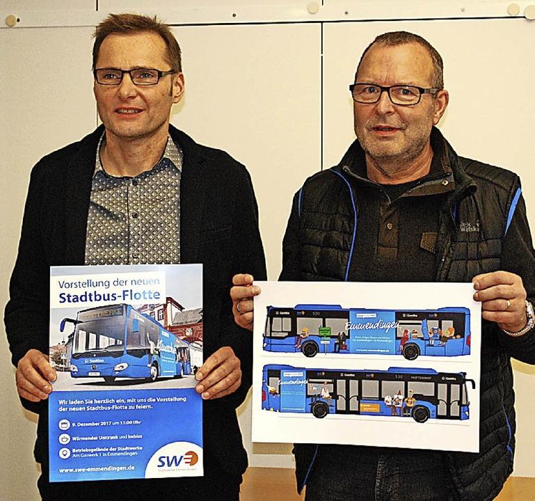Rüdiger Kretschmer und Jürgen Holler  stellen  die neuen Busse vor.  | Foto: Jahn
