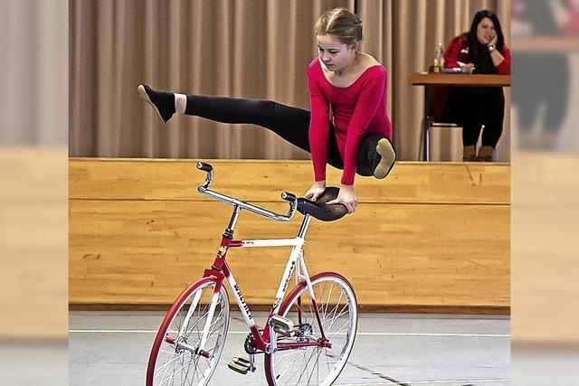 Balance auf Fahrradlenker und -sattel