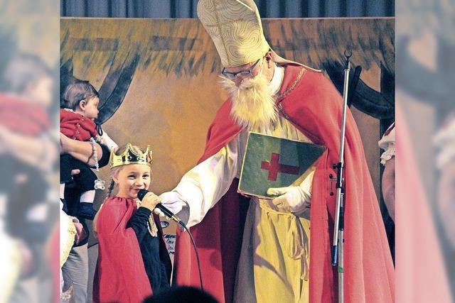 Nikolaus als Ehrengast beim Krippenspiel