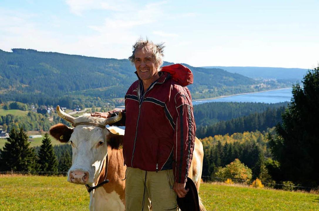 Bauer Heinrich Till und seine Kuh Gina.  | Foto: Dominik Bloedner