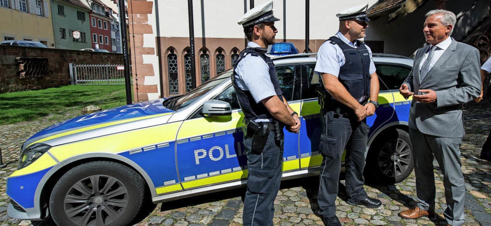 Mehr Polizisten? Woher holen, wenn gle... im Juli in Freiburg mit zwei Beamten   | Foto: dpa