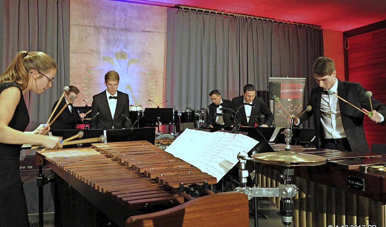 In wechselnden Besetzungen spielten di...  Oberbergen Stücke der Minimal Music.  | Foto: Peter Runge