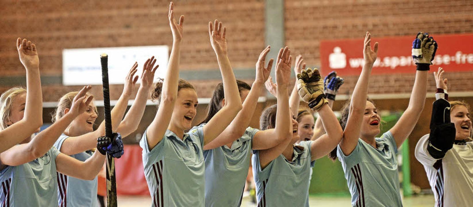 Hoch die Hände – die Hockeyspiel...feiern ihren Heimsieg gegen Tübingen.   | Foto: Patrick Seeger