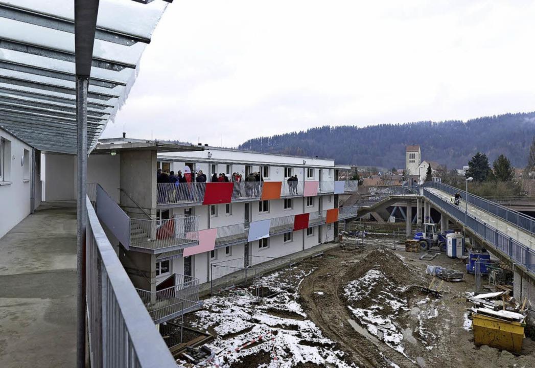 Das  Wohnheim für Geflüchtete westlich... Höllentalbahn ist fast bezugsfertig.     Foto: Ingo Schneider