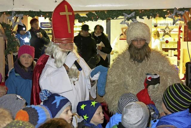 Nikolaus beschenkt die Kinder