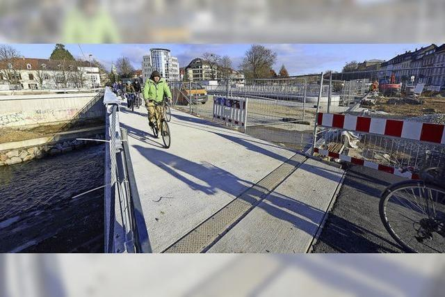 Radler auf der neuen Brücke