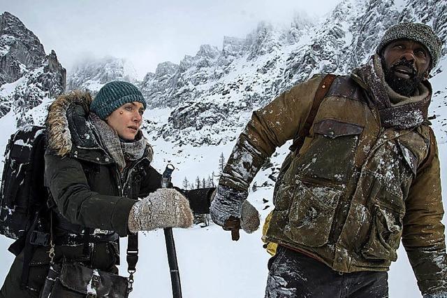 Zarte Romanze in den verschneiten Weiten Kanadas