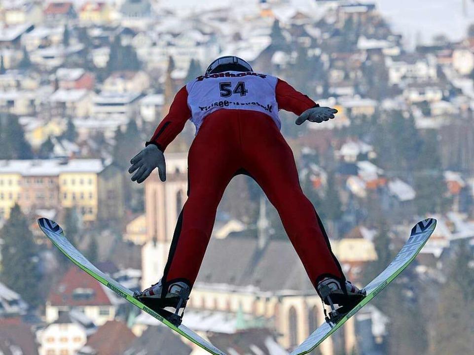 Beste Aussichten: Skispringer aus 17 N...n   wieder Titisee-Neustadt entgegen.   | Foto: PATRICK SEEGER/DPA