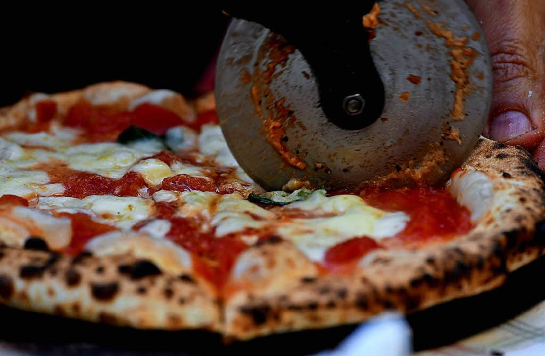 Eine Pizza ist, so steht es in der Wik... Hefeteig aus der italienischen Küche.  | Foto: AFP
