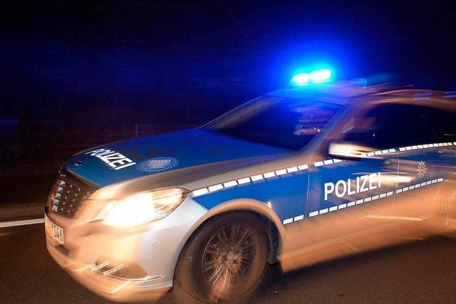 Junger Mann sticht auf 55-Jährigen in Freiburg ein, Polizei sucht die Waffe