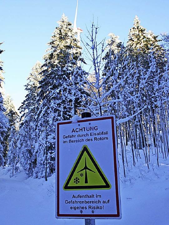 Schilder weisen auf möglichen Eisabfall hin.  | Foto: Gerd Sutter