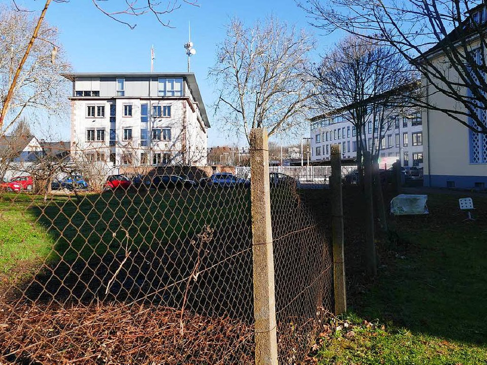Dem Polizeipräsidium gegenüber liegt der Bauplatz für das Mehrfamilienwohnhaus.  | Foto: Ralf Burgmaier