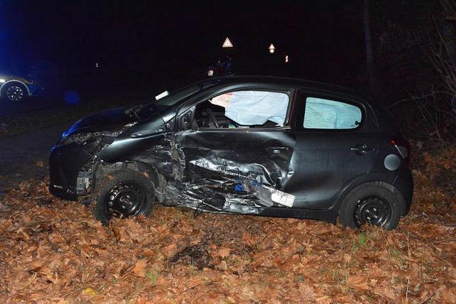 Totalschaden beim Zusammenstoß auf der L137 – Beide Fahrer unverletzt
