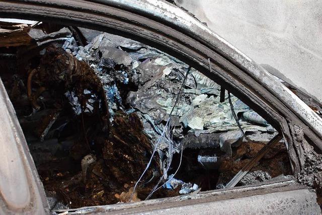 Auto brennt in Lörrach komplett aus