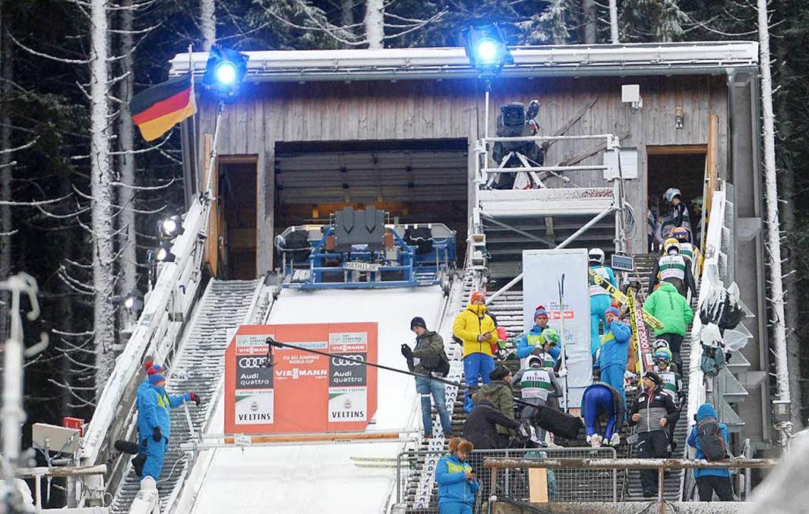 Skispringer gehen zurück in den Warteb...wurden wegen zu starkem Wind abgesagt.  | Foto: dpa