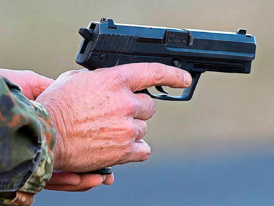 Der Tankstellenräuber bedrohte den Angestellten mit einer Pistole.  | Foto: dpa