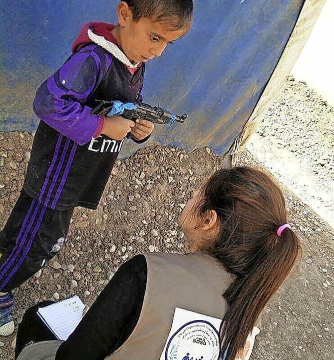 Eine Psychologin von Khaima im Gespräch mit einem Jungen im Camp  | Foto: Privat