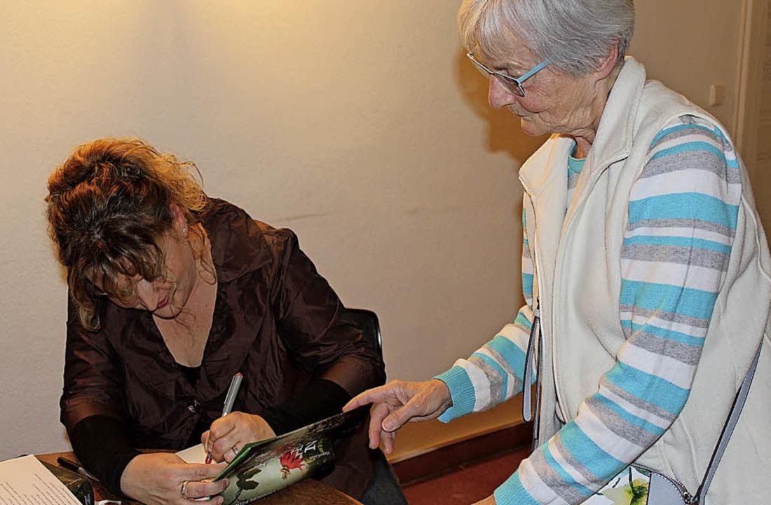 Viele Besucher der Lesung ließen sich ...Nicole Vosseler  ihr Buch  signieren.   | Foto: Petra Mann