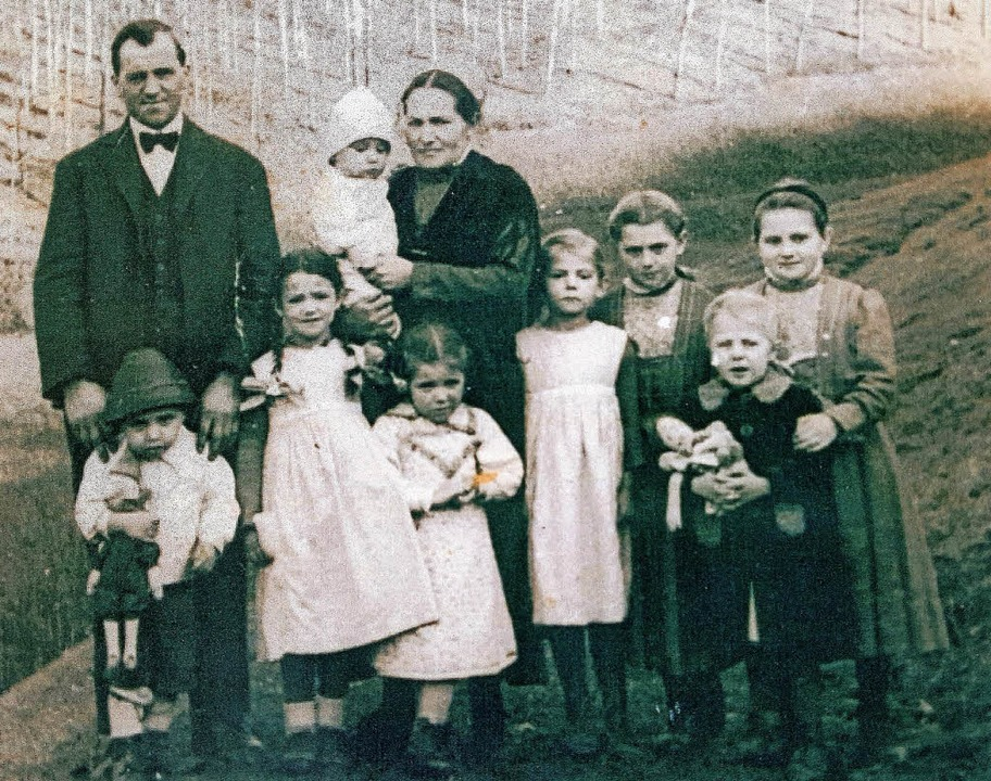 Matthias und Anna Mayer mit Kindern um...: der heutige Altbauer Andreas Mayer.   | Foto: Repro: Beate Zehnle-Lehmann