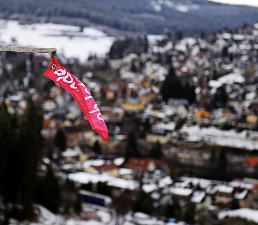 Das Fähnchen im Wind flatterte vor der...ulisse von Titisee-Neustadt zu stark.   | Foto: Patrick Seeger/dpa
