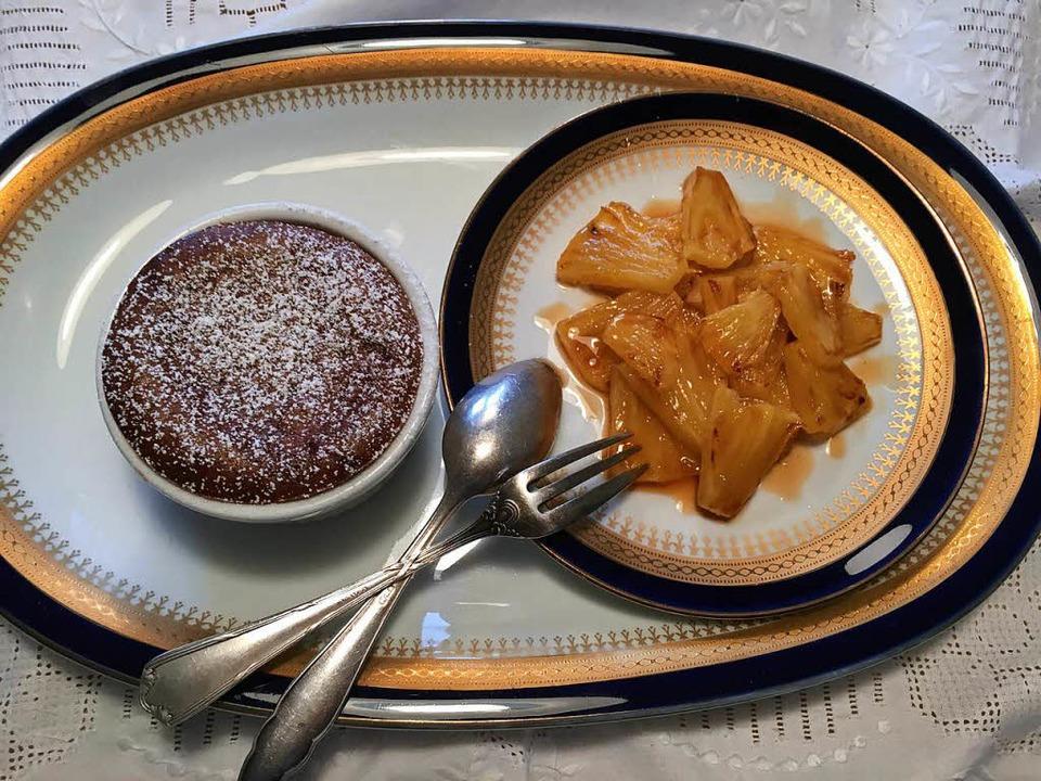 Macht am Festtag kaum Arbeit: Schoko-Soufflé mit Ananas  | Foto: stechl