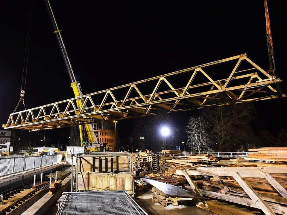 Die Behelfsbrücke schwebt über die neue Kronenbrücke.  | Foto: Rita Eggstein