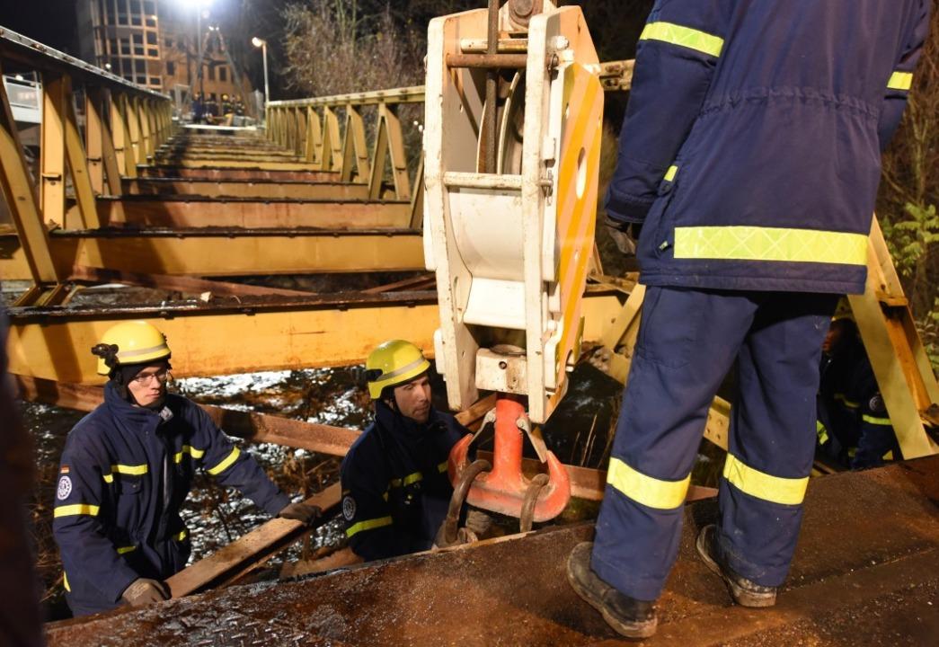 Brückenexperte vom THW kümmern sich um den Aushub.  | Foto: Rita Eggstein