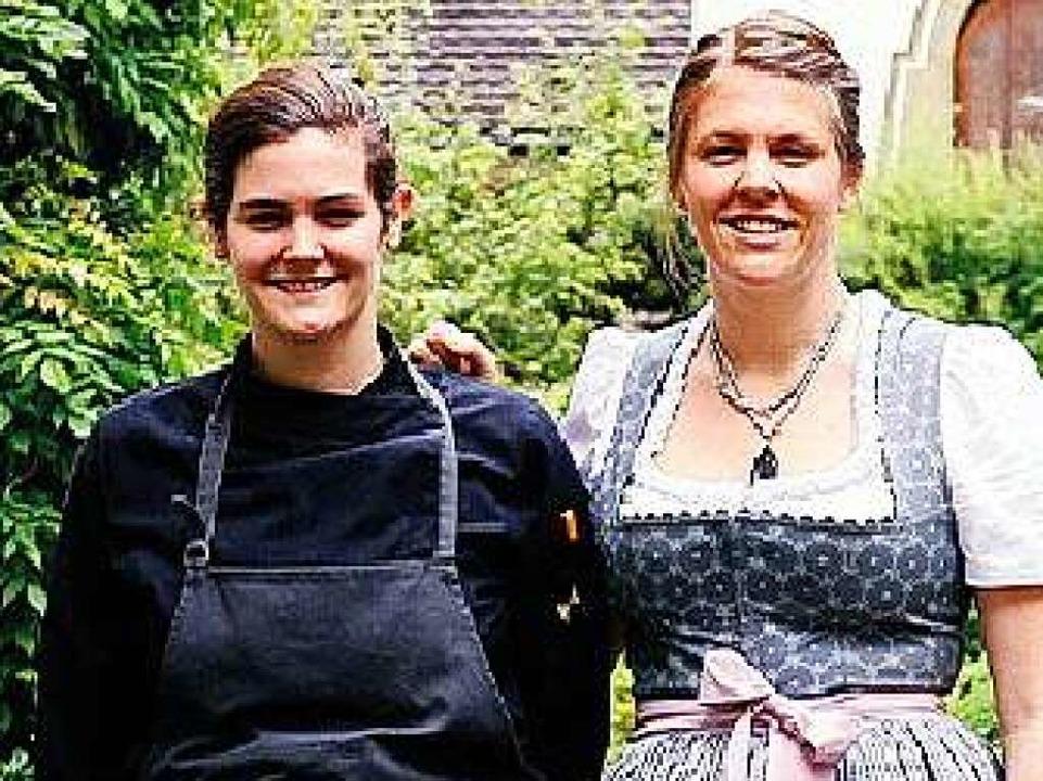 Mit Viktoria (l.) und Kristin Fuchs fü...tel-Restaurant Spielweg in Münstertal.  | Foto: Privat