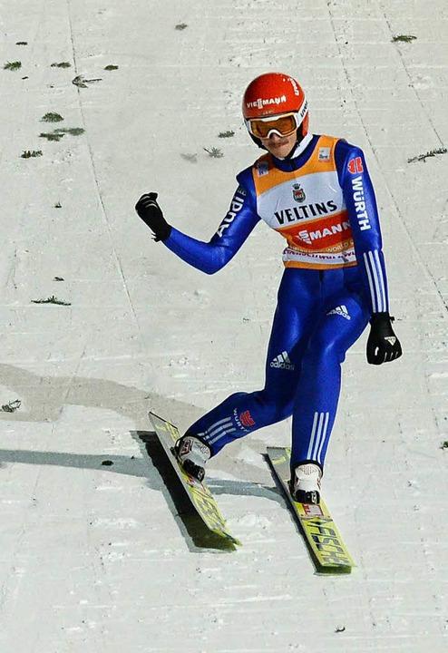 Richard Freitag jubelt nach seinem Sprung im zweiten Wertungsdurchgang  | Foto: dpa