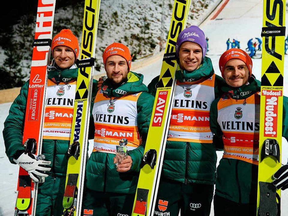 Das deutsche Team mit Karl Geiger, Mar...s) ist zufrieden mit dem dritten Platz  | Foto: dpa