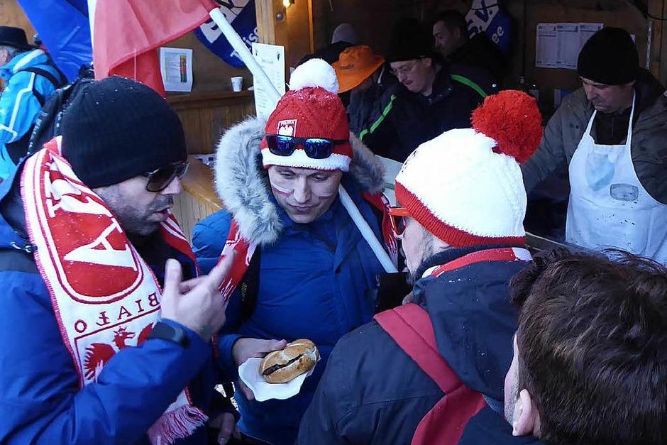 Stärkung zwischendurch:  Eindrücke vom Teamspringen beim Skisprung-Weltcup am 9. Dezember in Neustadt. 5000 Zuschauer erlebten auf der hochklassig präparierten Hochfirstschanze hochklassigen, spannenden Sport. Norwegen gewann vor Polen und Deutschland (Foto: Peter Stellmach)