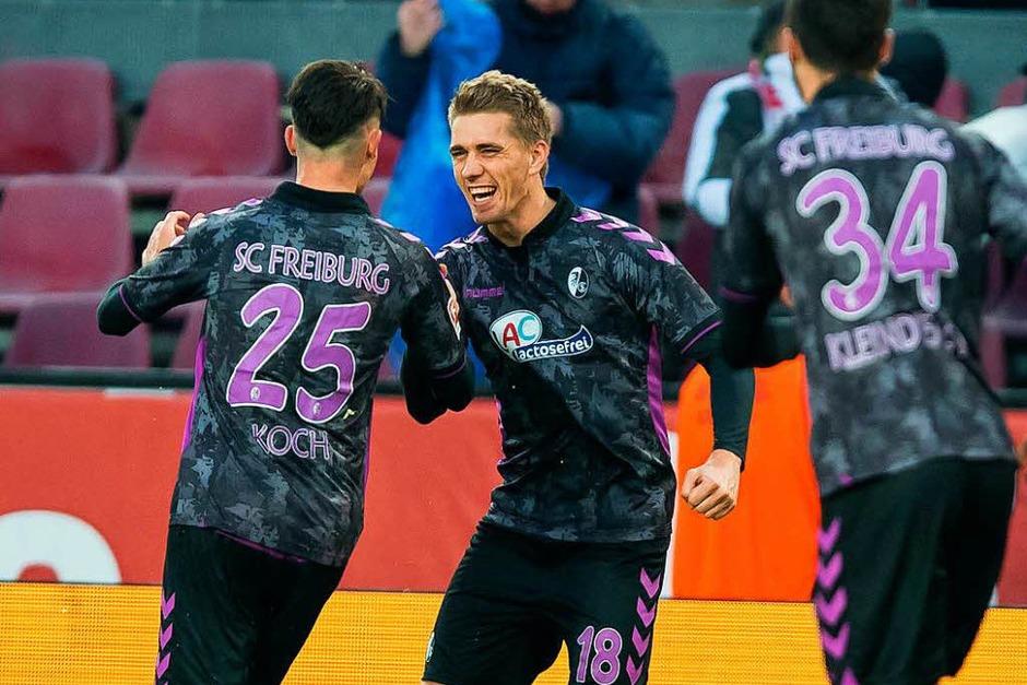 Unweigerlich der Spieler des Spiels: Nils Petersen erzielt drei Treffer und schießt den Sportclub fast im Alleingang zum Auswärtssieg. (Foto: dpa)