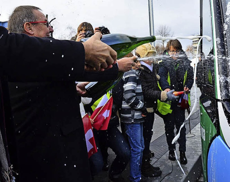 Alain Girny (links) taufte die  erste ...eitende Tram mit  Hans-Peter Wessels.   | Foto: Annette Mahro