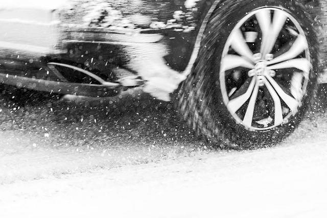 Auto verliert Hinterrad während der Fahrt
