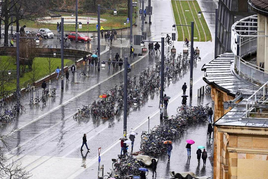 Die Räder zwischen UB (rechts) und Kol...e I müssen vom neuen Straßenbahngleis.  | Foto: Ingo Schneider