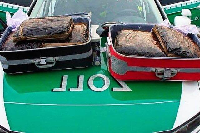 Zoll findet zehn Kilogramm Marihuana im Fernbus auf der A5 bei Hartheim