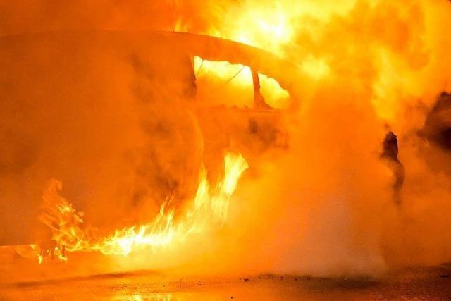 Auto und Mülltonnen gehen in Haslach in Flammen auf