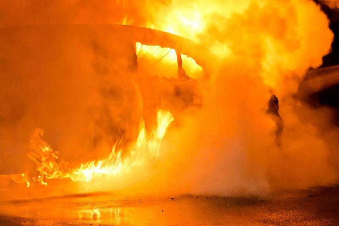 In Haslach brannte ein Kleinwagen vollständig aus (Symbolbild).  | Foto: dpa