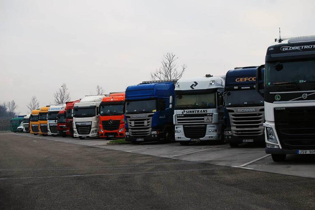Dicht an dicht stehen Lastwagen auf Pa...hier an der A5 nördlich von Freiburg.   | Foto: Louis Gross