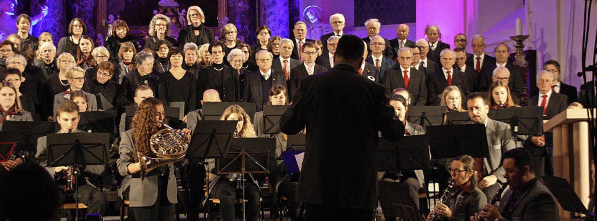 Die Chorvereinigung Amicitia und Musik...(links) übernahm den Solopart am Horn.  | Foto: Christiane Franz