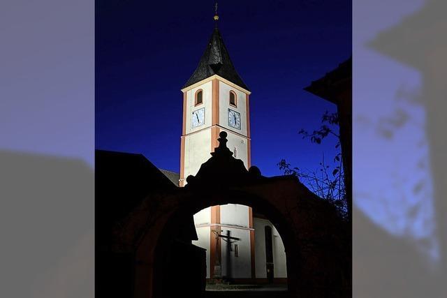 Kirchturm wird angestrahlt