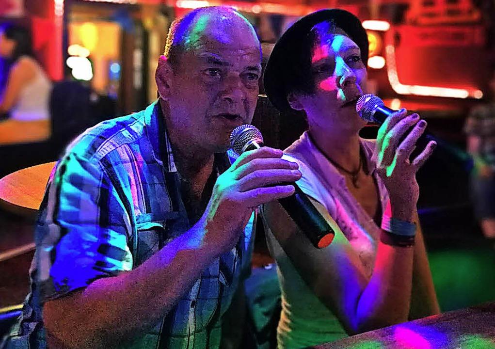 Zwei Besucher bei der Karaoke-Party Anfang Dezember.  | Foto: Fotos: ZVG