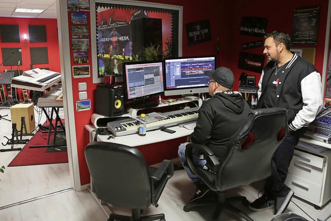 Marco-Sharif Khan (rechts) behält im Studio den Überblick.   | Foto: Christoph Breithaupt
