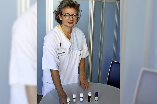 Dagmar Stöckling und Jens Wattchow erläutern am Kreiskrankenhaus Lörrach die Aromatherapie